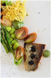 Trucha a la mostaza verde con verduras y toque crujiente decorecetas desde arriba