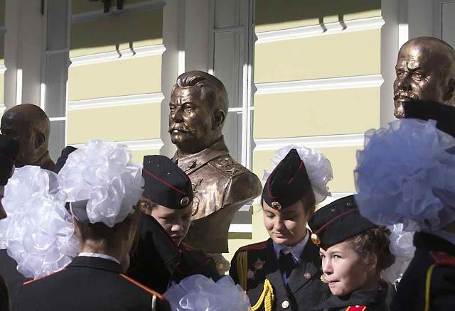 Estudantes de escola militarizada na inauguração de bustos de Stalin e Lenin no centro de Moscou