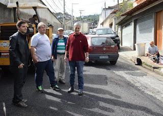 Prefeito Mario Tricano observa a operação tapa-buracos ao lado do secretário de Relações Comunitárias, Raphael Teixeira, e do vereador Dede da Barra
