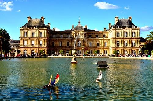 Lago central do Jardim de Luxemburgo em Paris