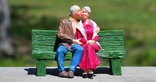 Statuina nonni che si baciano