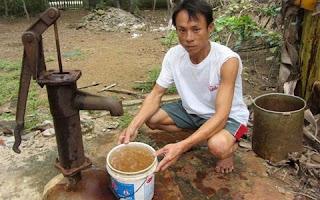 Nước giếng nhiễm sắt thường có màu vàng và mùi tanh