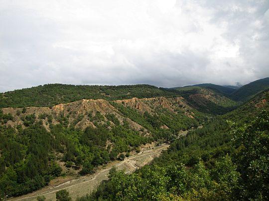 Dolina po lewej stronie grzbietu.