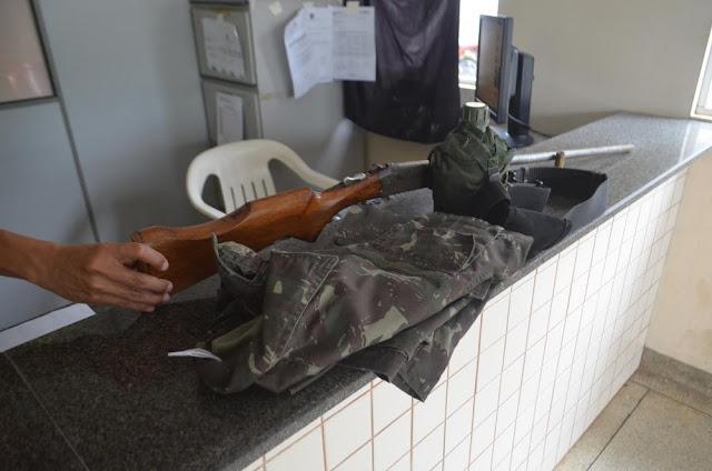 Em Cruzeiro do Sul, PM checa denúncia de reunião entre facções e prende homem com arma e uniforme do Exército