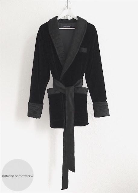 Englischer Herren Hausrock im Smoking Jacket Stil aus Samt und Seide in Schwarz, mit gestepptem Schalkragen.