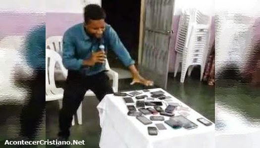 Pastor orando por celulares en iglesia