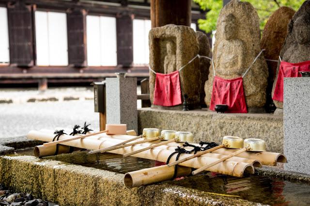 Temizuya, para la ablución a la entrada del templo :: Canon EOS5D MkIII | ISO800 | Canon 24-105@60mm | f/5.0 | 1/80s