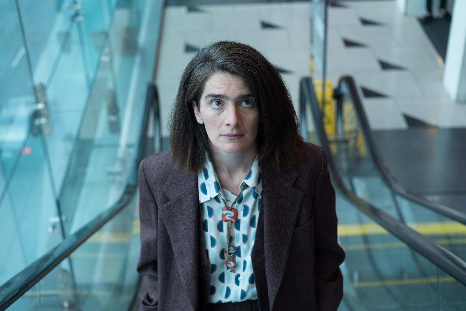 Ali sube por unas escaleras mecánicas en la tercera temporada de Transparent