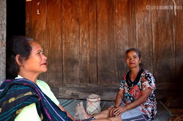 Mujeres masticando betel o paan en Bena