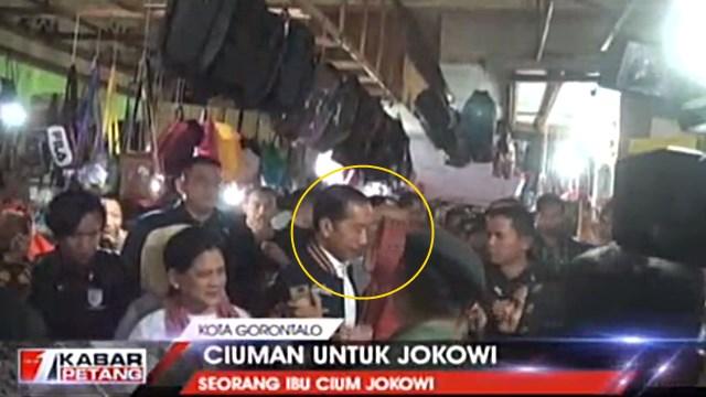 Lagi, Kali Ini Jokowi Terekam Kamera Dicium Emak-Emak
