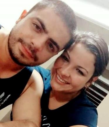 Foto de Moisés Vega con su pareja