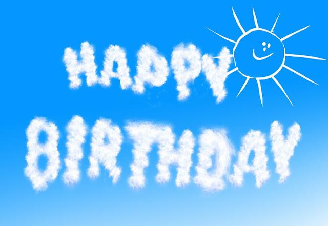 Happy Birthday en las nubes del cielo azul