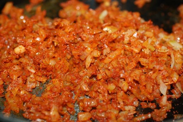 cebolla frita con ají panca