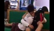 แอบถ่ายคลิปนักเรียนม.ปลายกอดจูบลูบคลำกันกลางห้างดังแบบไม่แคร์สื่อ