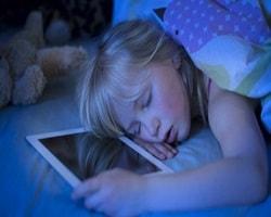 Berikut Ini 9 Bahaya Serius, Jika Anda Tidur Dekat Dengan Ponsel