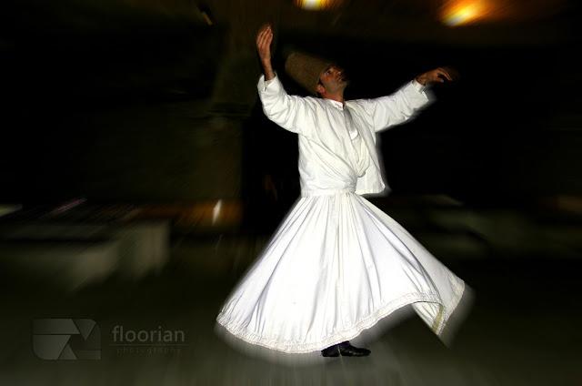 Pokaz tańca wirujących derwiszy w Kapadocji w Turcji