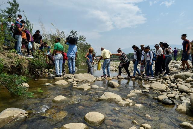 El régimen de Maduro empuja a los venezolanos a peligrosos caminos controlados por paramilitares