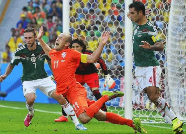 Arjen Robben, del 'no era penal' se retira luego de que Holanda no pasa al mundial (MEMES)