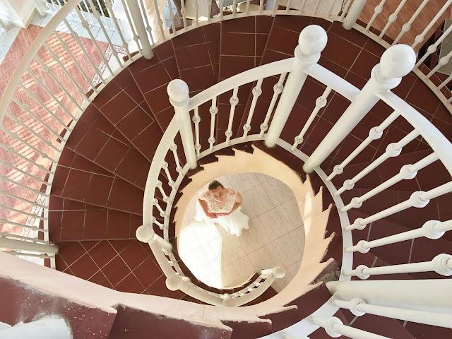 schody zdjęcia ślubne, panna młoda, suknia ślubna