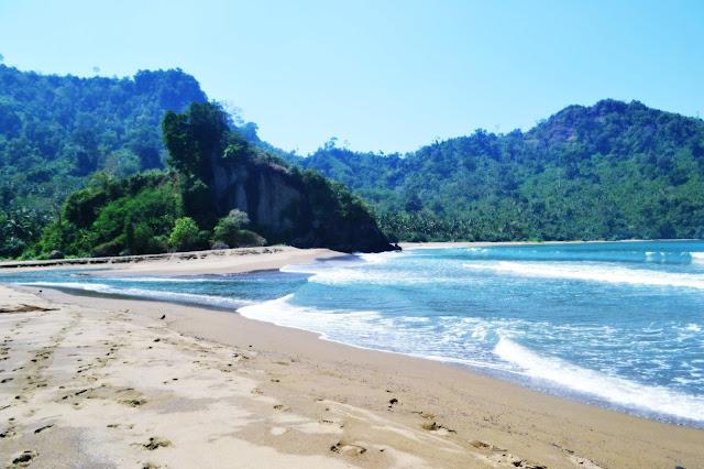 ada satu pesona alam di balik tebing yang harus Anda saksikan dan wajib Anda temukan Tempat Wisata Terbaik Yang Ada Di Indonesia: Wisata Pantai Si Pelot, Pantai Tersembunyi Di Balik Tebing Malang