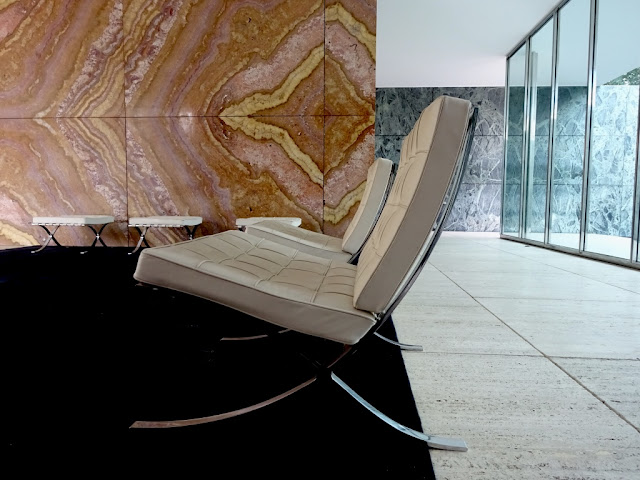 pabellon mies van der rohe barcelona estamostendenciados arquitectura design diseño architecture expo alemania marmol barcelona chair silla