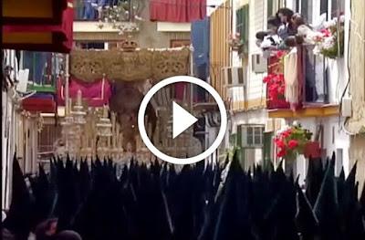 Hermandad de la Macarena en los callejones de su barrio en la Semana Santa de Sevilla de 2006 finalizando su recorrido procesional en la mañana del Viernes Santo tras hacer su procesión durante la Madrugá