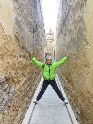 Macarena en las estrechas callejuelas de Fez