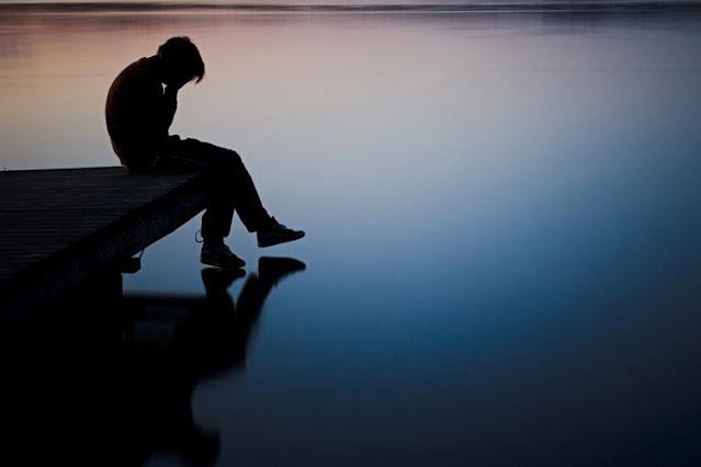 Gambar orang sedih sendirian