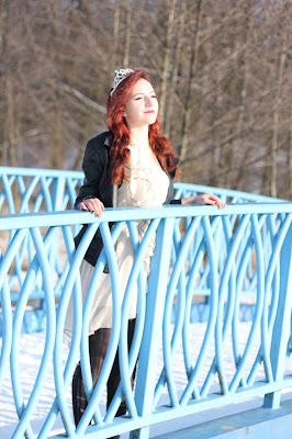 19.01.2016 Sesja zimowa, beżowa sukienka z falbankami na jedno ramię czarne obramowania dziurawe rajstopy skórzana kurtka ramoneska czarna czarne szpilki czarne botki Zalew Kielecki Dolina Sinicy Kielce