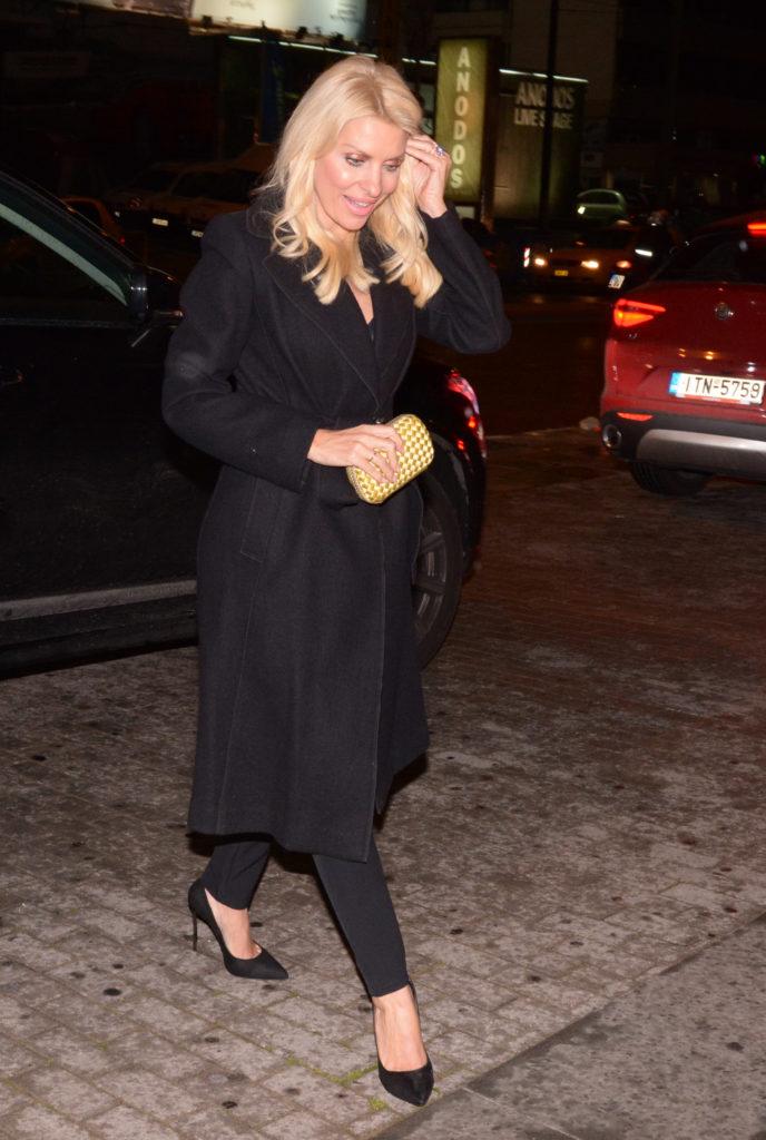 Το παλτό που φόρεσε η Ελένη Μενεγάκη δε πρέπει να λείπει από καμία ... 066a973c82c