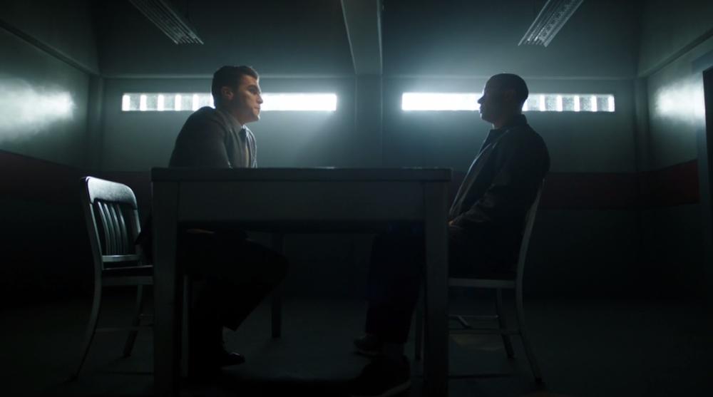 Adrian se reúne con Diggle en la cárcel