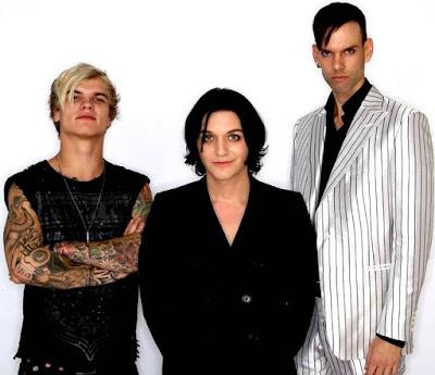 Foto de integrantes de Placebo sonriendo