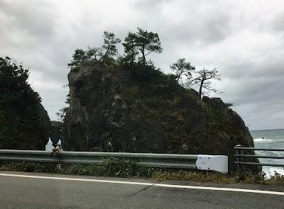 落ちそうで落ちない岩
