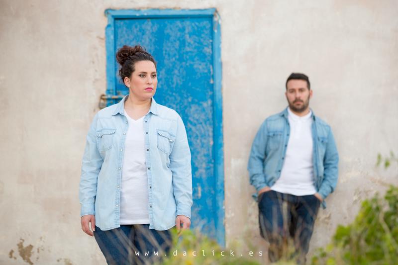 pareja puerta azul