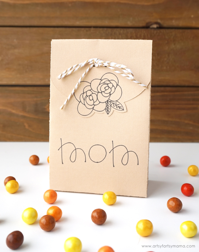 Treat your guests to something special this year with these DIY Thanksgiving Favor Boxes! #Thanksgiving #CricutMade