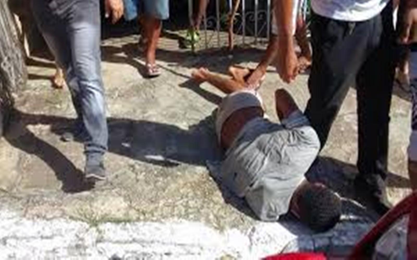 Resultado de imagem para homem detido por populares