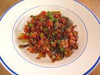 Arroz rojo con espaguetis de mar y verduras salteadas