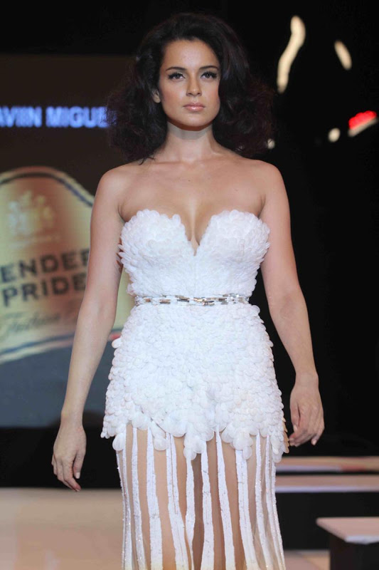 gorgeous Kangana ranaut extreme cleavage show at blenders pride fashion tour