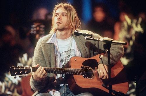 """""""Nirvana foi uma banda norte-americana de rock, formada pelo vocalista e guitarrista Kurt Cobain e pelo baixista Krist Novoselic em Aberdeen no ano de 1987, que obteve grande sucesso em meio ao movimento grunge de Seattle no início dos anos 90. Vários bateristas passaram pelo Nirvana, sendo o que ficou mais tempo na banda foi Dave Grohl, que entrou em 1990"""".  Isso todos sabem, já devem ter escutado algumas das músicas mais famosas deles e também como foi o fim dela. Mas, Nirvana sempre foi muito presente na minha vida e uma das minhas bandas favoritas, então não daria pra ficar fora dessa minha lista. O vídeo que deixei aqui é do Kurt cantando Rape Me 💕"""