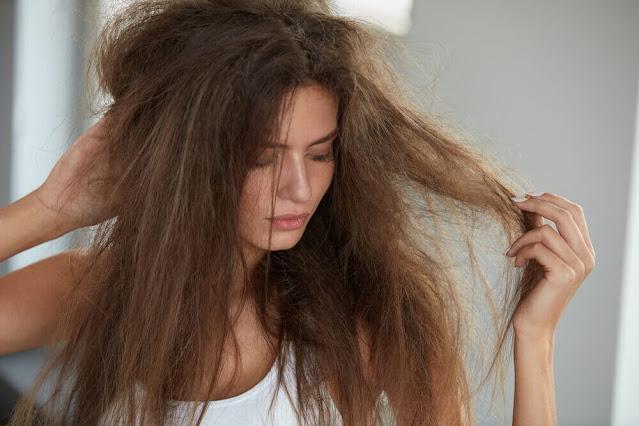 mulher com o cabelo estragado