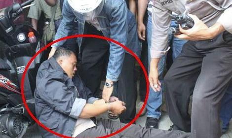 Hampir Saja Modar! Sok Jagoan, Polisi Ini Sempoyongan Dihajar Warga