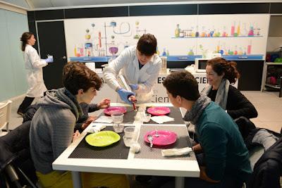 Los experimentos de 'La Ciencia a Escena' descubren la parte más divertida de la química, qué es la cocina molecular o cómo ser 'Científico por un día'