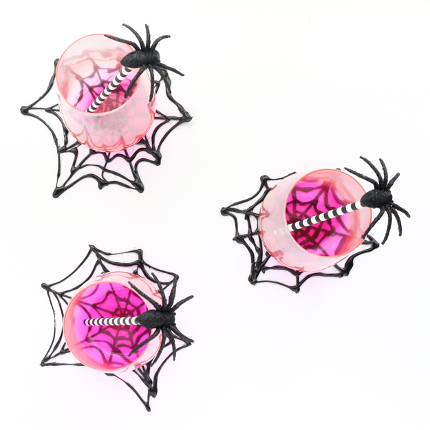 DIY Hot Glue Spider web coasters and plate chargers for Halloween - easy Halloween decorations - craft ideas - halloween crafts - paint - DIY decorations