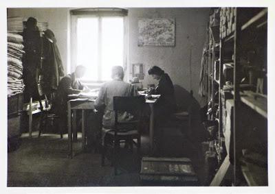 Schwarz-weiß-Büro mit Regalen, Tischen, Büromenschen