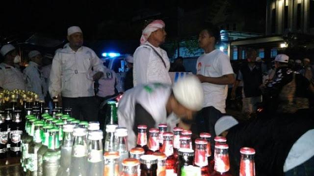 FPI Razia Kafe Remang-remang dan Sita Ratusan Botol Miras