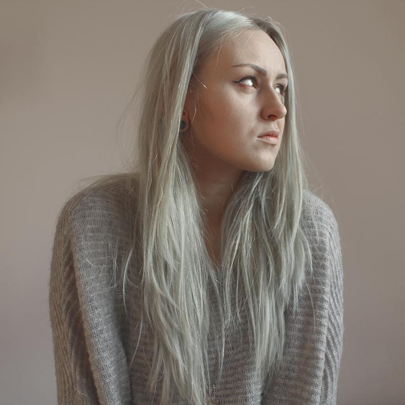 sweter, oversize, białe włosy