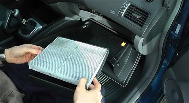 Lưu ý trước khi lấy lọc gió ra khỏi hộc nên ghi nhớ chiều để khi lắp lại cho chính xác, đỡ mất thời gian
