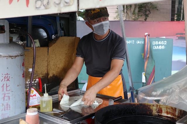 IMG 7711 - 【竹南美食】永貞路中華電信前的好吃蔥油餅,就連食尚玩家也推薦,當地人的最愛的下午點心,旁邊的餡之香也是一級棒!