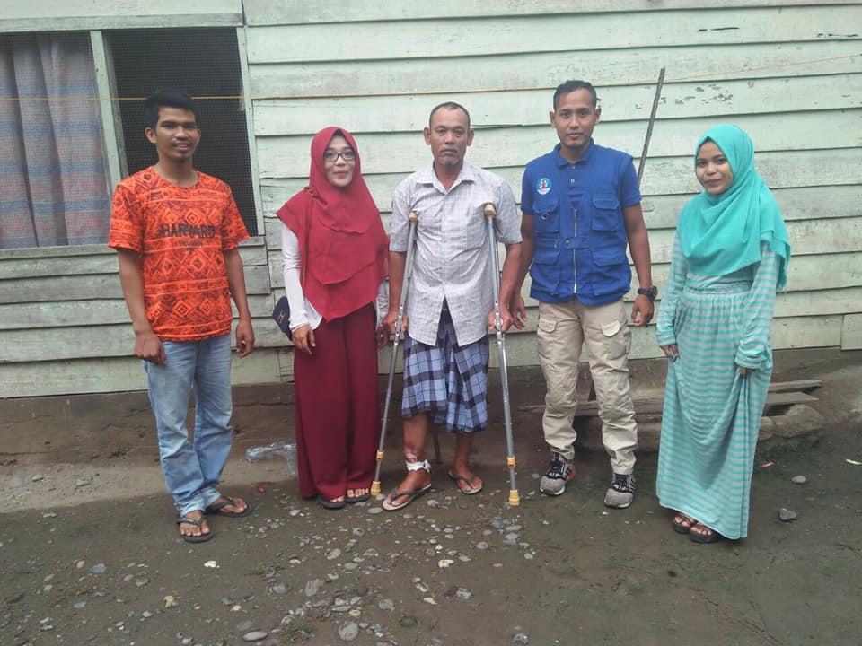 Lembaga Peduli Dhuafa Bireuen menyerahkan Tongkat Kepada Pak. Sofyan Juli