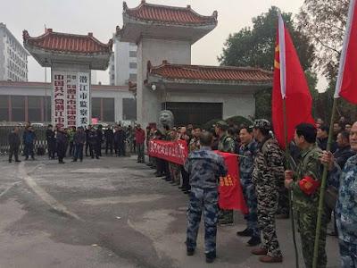 退伍军人在湖北潜江市府门口举牌要求见新市委书记